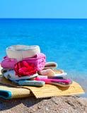 Естественные губки ванны, тапочки ванны, пемза и полотенце против bl Стоковые Изображения RF