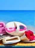 Естественные губки ванны, тапочки ванны, пемза и полотенце против bl Стоковое Изображение