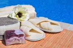 Естественные губки ванны, тапочки ванны, handmade мыло и цветок Стоковая Фотография