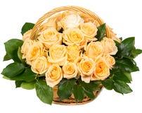 Естественные желтые розы в корзине Стоковые Изображения