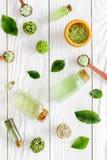 Естественные косметики с листьями и маслом чая прованскими для картины взгляд сверху предпосылки деревянного стола домодельного к Стоковые Изображения