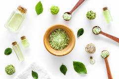 Естественные косметики с листьями и маслом чая прованскими для картины взгляд сверху предпосылки таблицы домодельного курорта бел Стоковые Изображения