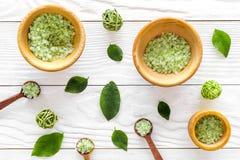 Естественные косметики с листьями чая прованскими и солью моря для картины взгляд сверху предпосылки деревянного стола домодельно Стоковое Фото