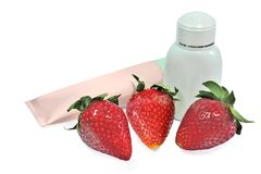 Естественные косметические продукты при клубника изолированная на белом ба Стоковые Фотографии RF
