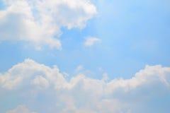 Естественные мягкие облака картина и солнечность излучают на предпосылке голубого неба Стоковые Фотографии RF