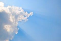 Естественные мягкие облака картина и солнечность излучают на предпосылке голубого неба Стоковые Фото