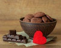 Естественные печенья шоколада с клюквами и фундуками Стоковые Фотографии RF