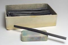 Естественные ручки угля и пакостный ластик против винтажной карточки Стоковая Фотография RF