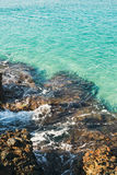 Естественные утесы и ясные открытые моря на Kleopatra приставают к берегу, Alanya Стоковые Изображения