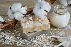 Естественные handmade мыло, хлопья овса, сливк и хлопок разветвляют на wo стоковая фотография