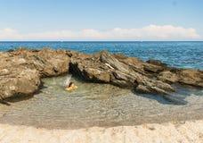 Естественный бассейн в Pelion, около пляжа Plaka, Греция Стоковое Изображение