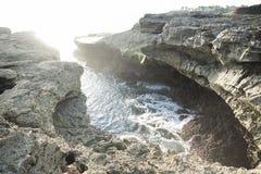 Естественный бассейн на утесах на ` s дьявола срывает скалу Nusa Lembongan, Бали, Индонезию Стоковые Фото