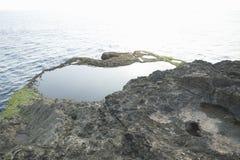 Естественный бассейн на ` s дьявола срывает скалу Nusa Lembongan, Бали, Индонезию Стоковое Изображение RF