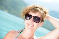 Естественный берег бронзы молодой женщины Стоковые Фото