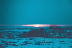 Естественный восход солнца захода солнца над полем или лугом Яркое драматическое небо и темная земля Ландшафт сельской местности  Стоковая Фотография RF