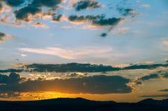 Естественный восход солнца захода солнца над полем или лугом Яркое драматическое небо и темная земля Стоковые Фотографии RF