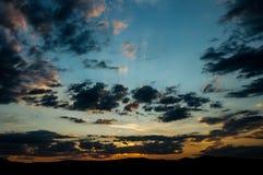 Естественный восход солнца захода солнца над полем или лугом Яркое драматическое небо и темная земля Стоковая Фотография