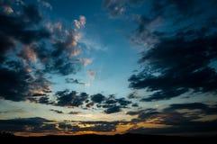 Естественный восход солнца захода солнца над полем или лугом Яркое драматическое небо и темная земля Стоковое фото RF