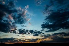 Естественный восход солнца захода солнца над полем или лугом Яркое драматическое небо и темная земля Стоковое Изображение RF