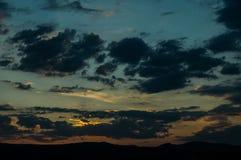 Естественный восход солнца захода солнца над полем или лугом Яркое драматическое небо и темная земля Стоковые Изображения