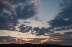 Естественный восход солнца захода солнца над полем или лугом Яркое драматическое небо и темная земля Стоковые Изображения RF