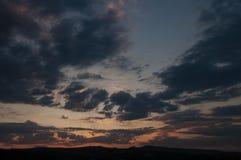 Естественный восход солнца захода солнца над полем или лугом Яркое драматическое небо и темная земля Стоковые Фото