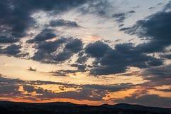 Естественный восход солнца захода солнца над полем или лугом Яркое драматическое небо и темная земля Стоковое Изображение