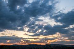 Естественный восход солнца захода солнца над полем или лугом Яркое драматическое небо и темная земля Стоковая Фотография RF