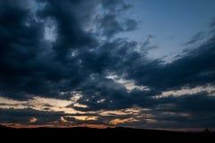Естественный восход солнца захода солнца над полем или лугом Яркое драматическое небо и темная земля Стоковое Фото