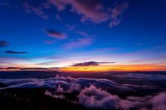 Естественный восход солнца захода солнца Phu Thap Boek, горы Phetchabun Небо ландшафта на восходе солнца рассвета захода солнца Н Стоковые Фото