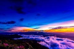 Естественный восход солнца захода солнца Phu Thap Boek, горы Phetchabun Небо ландшафта на восходе солнца рассвета захода солнца Н Стоковое Изображение RF