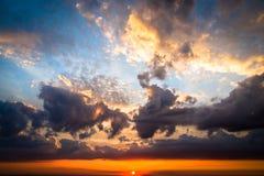 Естественный восход солнца захода солнца над лесом Стоковое Изображение RF