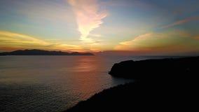 Естественный драматический восход солнца захода солнца с белым облаком и голубым небом как предпосылка черного коралла Стоковая Фотография