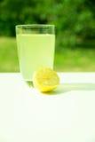 Естественный лимонад в саде стоковое фото rf