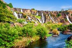 Естественный каскадируя водопад с кристаллом - чистой водой в Вьетнаме Стоковые Фотографии RF