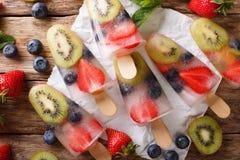 Естественный лед ягод-плодоовощ с свежими клубниками, голубиками и стоковые фото