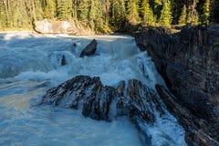 Естественный мост в национальном парке Yoho, ДО РОЖДЕСТВА ХРИСТОВА, Канада стоковая фотография rf