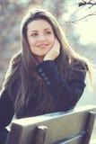 Естественный напольный портрет красивейшей девушки стоковое фото