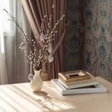 Естественный натюрморт пасхи стиля с ветвями вербы и декоративными яйцами стоковое фото rf