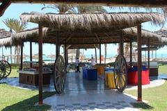 Естественный открытый ресторан на береге моря Стоковые Фотографии RF