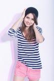 Естественный портрет милой и усмехаясь тонкой кавказской девушки брюнет в шляпе и Striped рубашке Стоковое фото RF