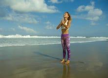 Естественный портрет образа жизни молодой счастливой и привлекательной пригонки и тонкой белокурой женщины делая тренировку йоги  стоковые изображения rf