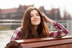 Естественный портрет стороны красивой молодой женщины стоковая фотография rf