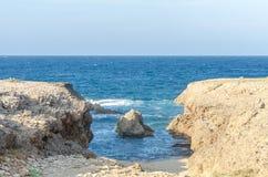 Естественный пляж моста на карибском море в Аруба Стоковые Изображения