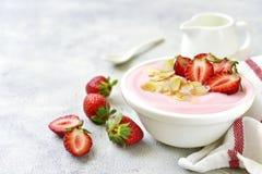 Естественный югурт клубники с свежей ягодой Стоковая Фотография RF