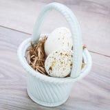 3 естественных голубых пасхального яйца в корзине Стоковое Изображение