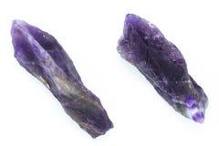 2 естественных кристалла аметиста без обработки на задней части белизны Стоковые Изображения