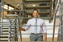 лестницы бизнесмена вверх гуляя Стоковое фото RF