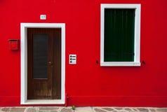 лестницы моря крыши s голубой жизнерадостной цветастой дома дома праздника зеленого цвета двери красные очень желтеют Стоковые Изображения