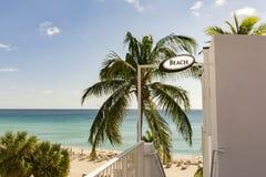 лестницы пляжа к тропическому Стоковая Фотография RF